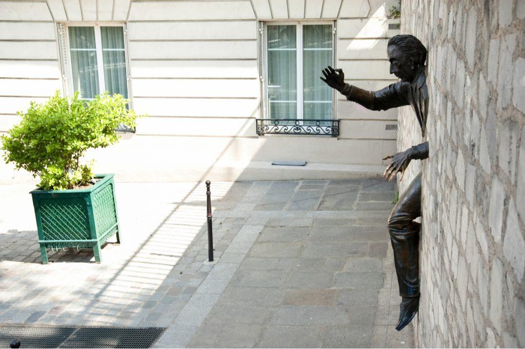 omul blocat in perete paris